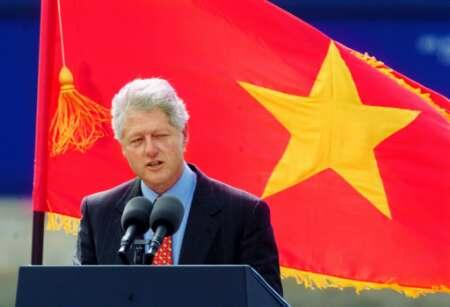 Bill-Clinton-N-Vietnam-flag